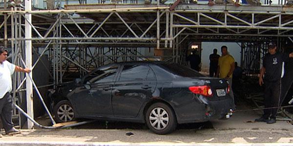 Homem passa mal ao volante e atinge estrutura de camarote na Bahia (Foto: Imagens/ TV Bahia)
