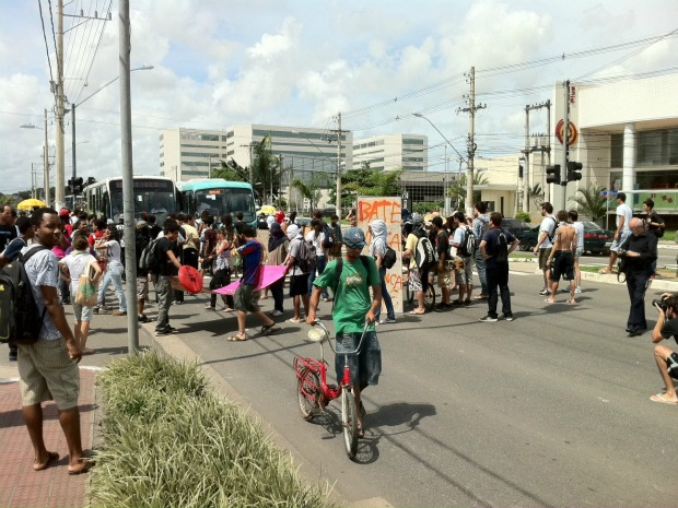 Estudantes interditaram Avenida Fernando Ferrari, em Vitória. (Foto: Álvaro Zanotti/TV Gazeta)