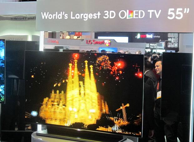 LG mostrou a maior TV de OLED do mundo, tecnologia que mostra cores mais vivas (Foto: Gustavo Petró/G1)