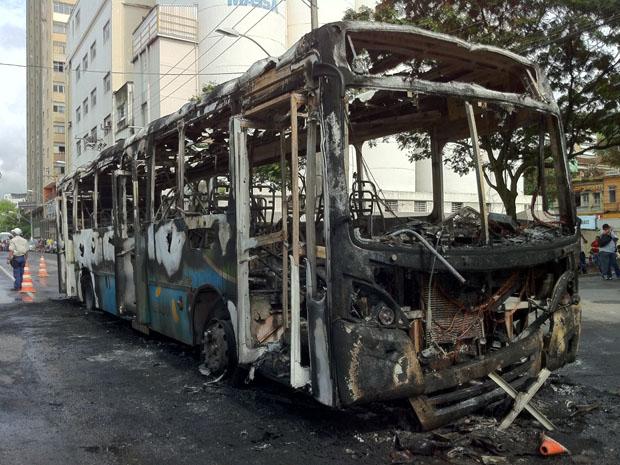 Ônibus é queimado em protesto (Foto: Juirana Nobres / G1 ES)