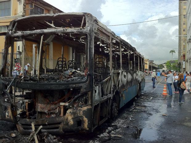 Estudantes colocaram fogo em ônibus, no Centro de Vitória (Foto: Juirana Nobres / G1 ES)