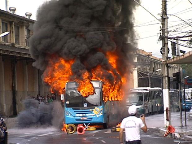 Ônibus foi incendiado durante manifestação em Vitória (Foto: Reprodução/TV Gazeta)