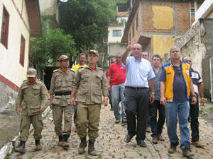 Vice-governador Pezão visita distrito de Jamapará, em Sapucaia (Foto: Carolina Lauriano/ G1)