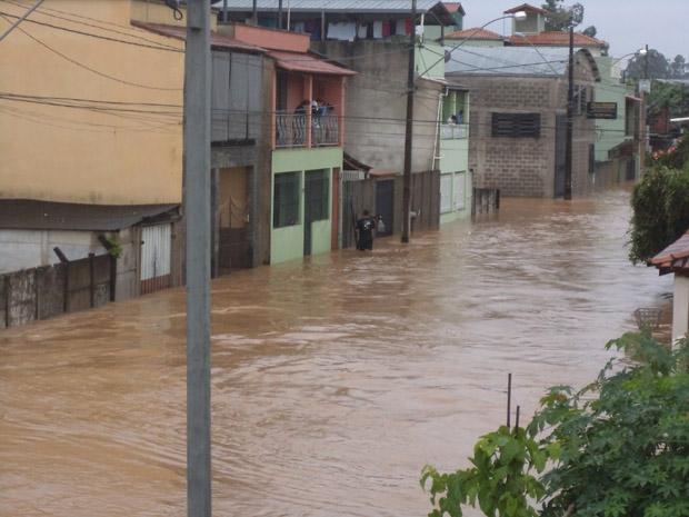 Santa Cruz de Minas é uma das 127 cidades em situação de emergência em Minas. Morador registrou enchente nesta terça-feira (10).  (Foto: Antônio Ricardo Rodrigues/VC no G1)