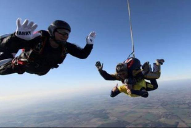 Em 2011, o britânico Daniel Dixon pediu a namorada Nicola Burgess em casamento a 3,9 mil metros de altitude durante um salto de paraquedas. (Foto: Reprodução)
