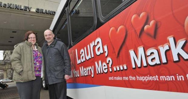 No ano passado, o norte-americano Mark Rose pediu sua namorada em casamento em Canton, no estado de Ohio (EUA), através de um anúncio publicado em um ônibus do transporte público. (Foto: AP)