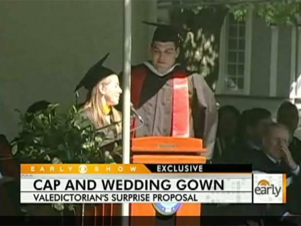 Durante discurso de formatura da faculdade em Hackettstown (EUA) em 2010, a americana Emily Hawley surpreendeu os colegas e pediu seu namorado, Josh Walker, com quem namorava há sete anos, em casamento. (Foto: Reprodução)