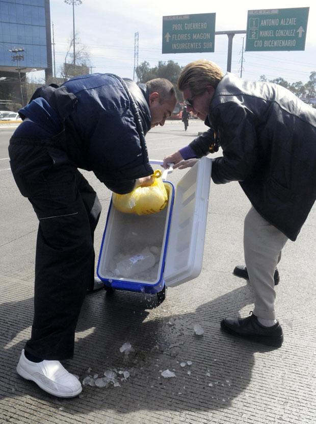O órgão doado foi recolocado na caixa térmica antes de ser levado ao hospital (Foto: Reuters/Stringer)