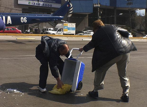 Funcionários recuperam coração que caiu no chão (Foto: Reuters/Stringer)
