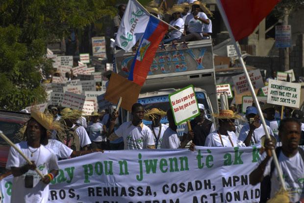 Haitianos protestam em Porto Príncipe exigindo do governo a reconstrução de moradias destruídas pelo terremoto de 2010 (Foto: Swoan Parker/Reuters)
