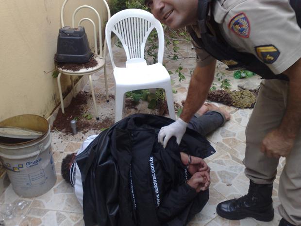 Um homem que tentava roubar uma casa foi preso nesta quinta-feira (12) após ficar embriagado e não conseguir sair do imóvel, em Sete Lagoas, na Região Central de Minas Gerais. (Foto: Leitor que não quis se identificar)