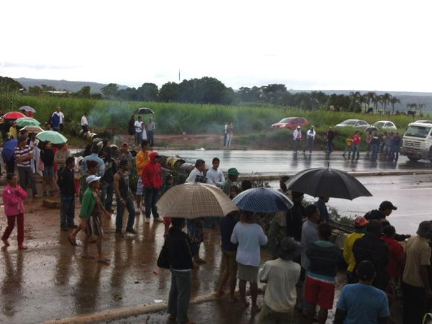 Chuva não atrapalha moradores de Engenho das Lajes, que fazem protesto contra obra inacabada onde morreu menino de 6 anos no último domingo (8).  (Foto: Mariana Zoccoli/G1)