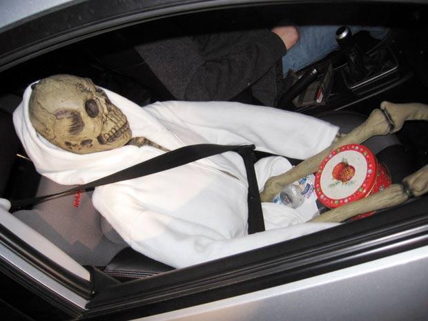 Motorista usou esqueleto de plástico no banco de passageiros para burlar lei. (Foto: Washington State Patrol/AP)