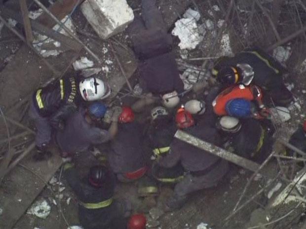 Bombeiros tentam resgatar vítima (Foto: Reprodução/TV Globo)