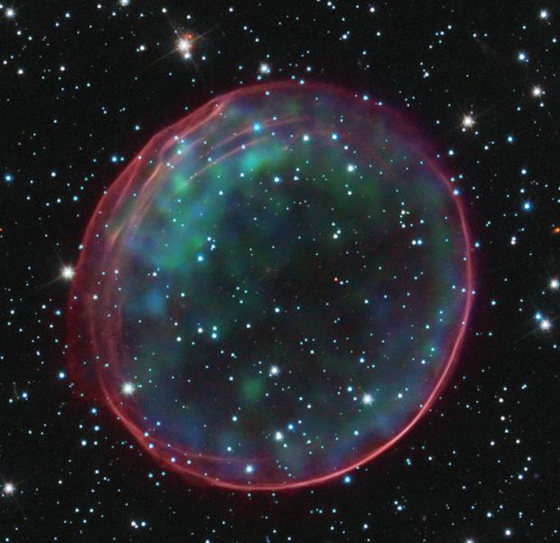 Cores da supernova 0509-67.5 representam dados em luz visível e em raios X. (Foto: Telescópio Espacial Hubble / ESA / Nasa)