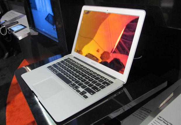 Com a pel?cula no monitor, o xereta n?o consegue enxergar o que est? na tela do computador em um ?ngulo de at? 60 graus (Foto: Gustavo Petr?/G1)