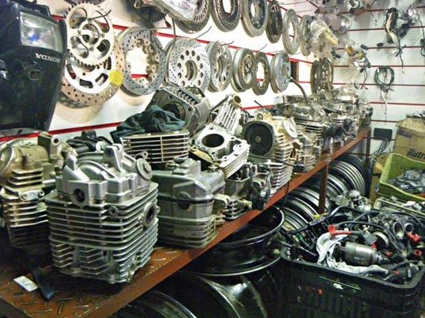 Mais de 2000 peças irregulares para motocicletas foram apreendidas na operação (Foto: Marcelo Ulisses e Guty/SMSU)
