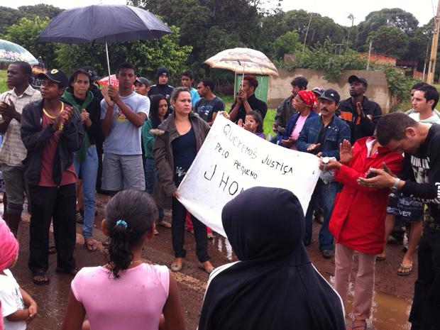 Após encerrarem protesto na BR-060, moradores de Engenho das Lajes (DF) se reuniram para fazer uma oração pelo menino que morreu afogado em buraco inundado de obra (Foto: Mariana Zoccoli/G1)
