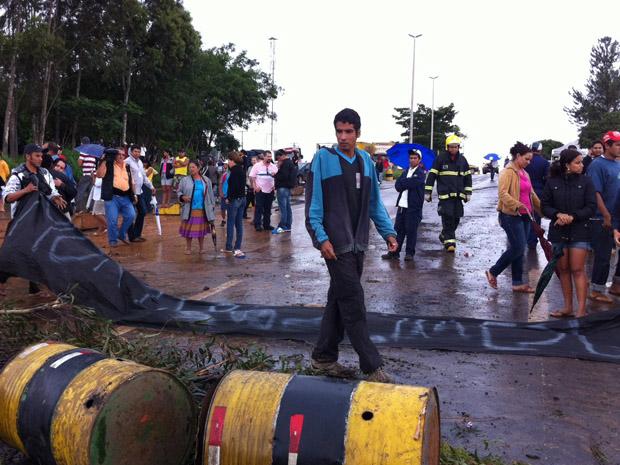 Manifestantes do Engenho das Lajes retiram faixas de protesto. Acordo foi feito após mais de cinco horas de bloqueio da principal ligação entre Brasília e Goiânia (Foto: Mariana Zoccoli/G1)