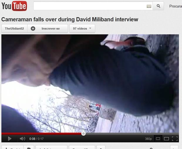Cinegrafista levou tombo enquanto filmava entrevista com David Miliband. (Foto: Reprodução/YouTube)
