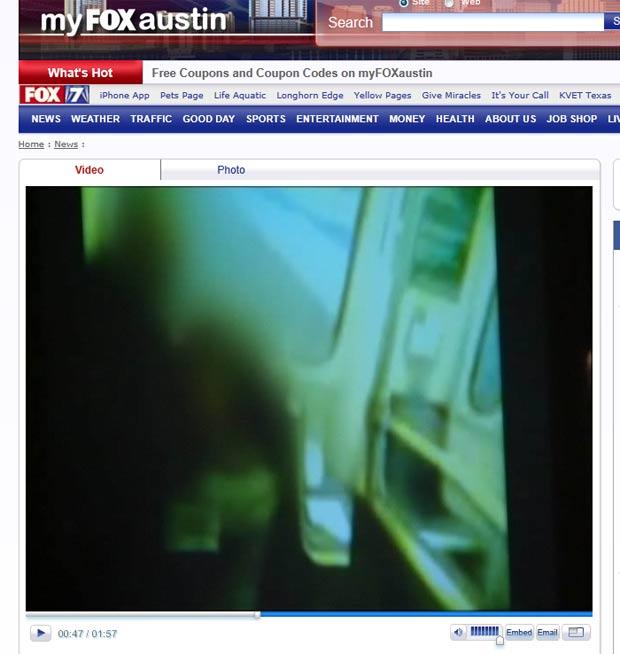 Casal foi flagrado realizando um ato sexual em um trem em Dallas. (Foto: Reprodução/Fox)