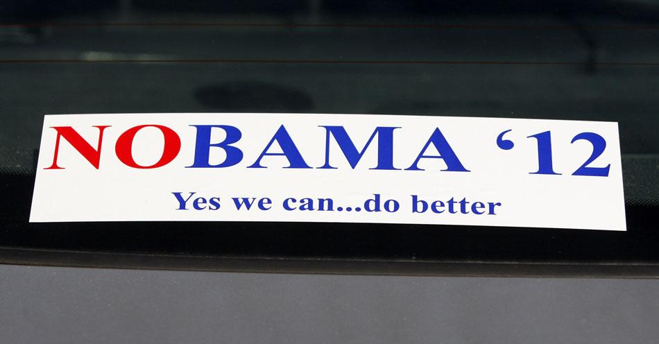Adesivo em carro visto em um evento da campanha de Rick Perry para as prévias republicanas em Bluffton, na Carolina do Sul, faz referência ao presidente democrata e candidato à reeleição. O texto diz: 'NObama 2012. Sim, nós podemos... Fazer melhor'.
