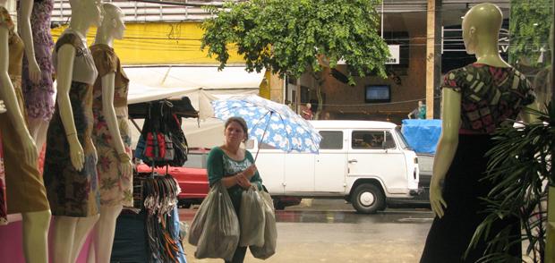 Consumidora observa modelos de moda evangélica na região do Brás, em São Paulo (Foto: Anay Cury/G1)
