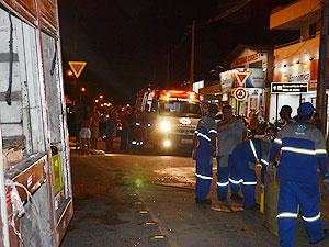 Motociclista é atingido por grades de cerveja em João Pessoa (Foto: Walter Paparazzo/G1 PB)