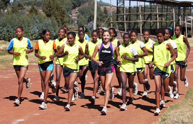 Sara corre com grupo que recebeu pares de tênis em Bekoji, na Etiópia (Foto: Arquivo pessoal)