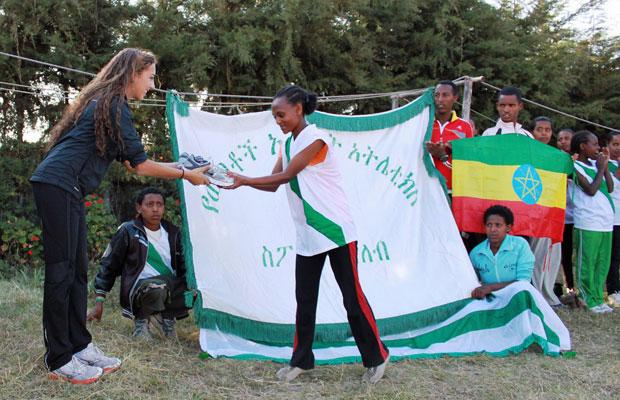 Sara distribui tênis em um clube de Addis Ababa (Foto: Arquivo pessoal)
