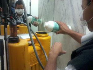 Funcionário prepara material para fazer dedetização em dependência do Senado (Foto: Iara Lemos / G1)