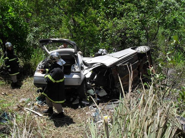 Carro e caminhonete batem de frente, um morre e 4 ficam feridos em MT (Foto: Polícia Militar /Divulgação)