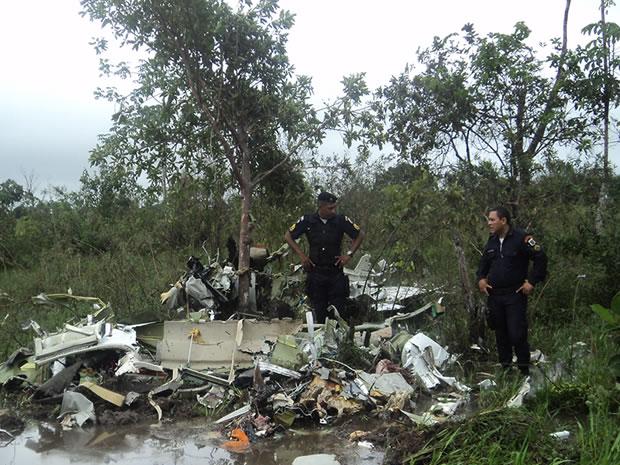 Aeronave caiu próxima a uma região alagada na manhã deste sábado. (Foto: Luiz Damião da Silva Campos)