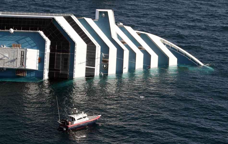 Cruzeiro encalhou em banco de areia próximo à ilha de Giglio, deixando mortos e feridos