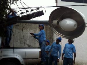 Condutor derruba poste de energia na avenida Ernesto Geisel, em Campo Grande (Foto: Edson Ferraz/TV Morena)