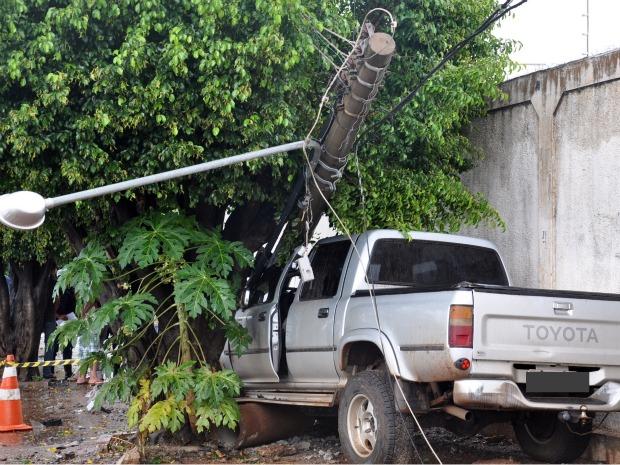 Condutor derruba poste de energia na avenida Ernesto Geisel, em Campo Grande (Foto: Tatiane Queiroz/G1 MS)