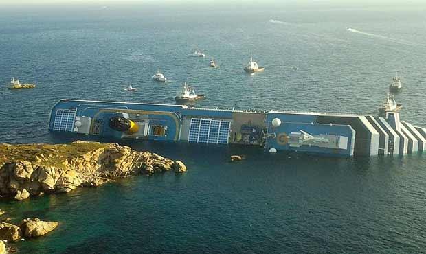 Navio parcialmente submerso após o acidente é visto na manhã deste sábado (14) próximo á ilha de Giglio, na costa da Toscana  (Foto: AFP)