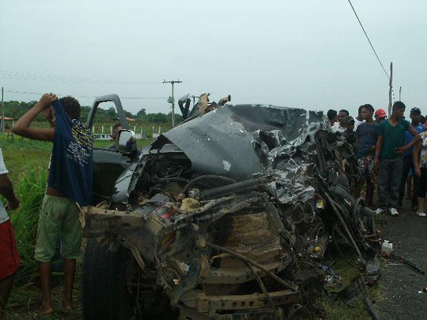 Único sobrevivente da Hilux foi transferido para hospital em estado grave (Foto: Divulgação (PRF))