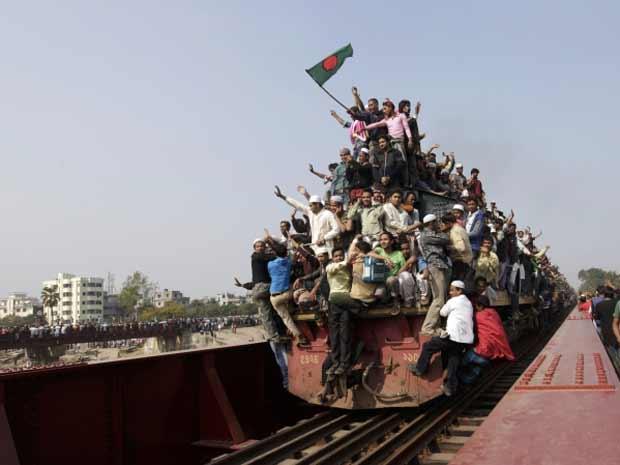 Fiéis superlotam trens em Bangladesha (Foto: Andrew Biraj/Reuters)