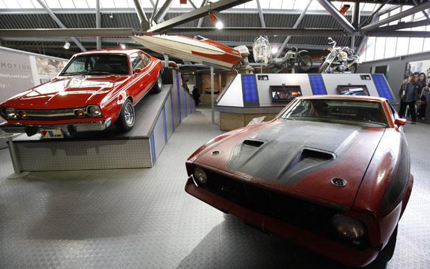 Ford Mustang Mach 1 e AMC Hornet fazem parte da 'coleção' de carros de James Bond (Foto: Alastair Grant/AP)