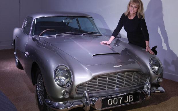 A atriz sueca Britt Ekland exibe o Aston Martin DBS de '007 contra Goldfinger' (Foto: Alastair Grant/AP)