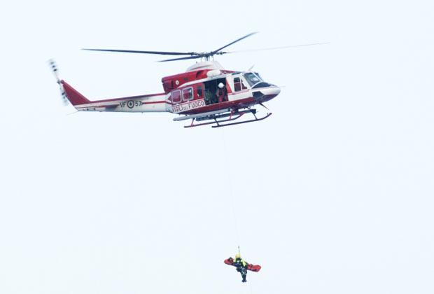 O sobrevivente Marrico Giampetroni é içado, de helicóptero, após ter sido resgatado do interior do Costa Concordia neste domingo (15) (Foto: Reuters)