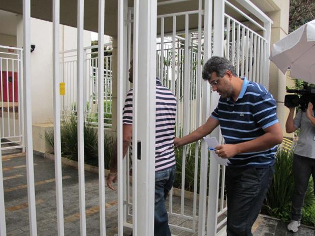 Investigadores chegam a prédio de mulher para recolher computador e documentos (Foto: Luna D'Alama/G1)