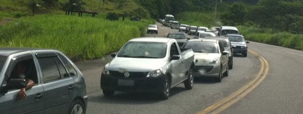 Acidente na BR-101 causa engarrafamento neste domingo (15) (Foto: Isabela Scalabrini/TV Globo)