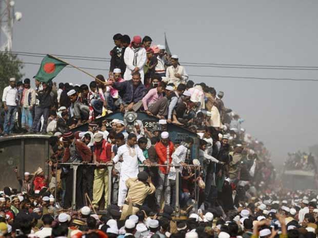 Fiéis superlotam trens em Bangladesh (Foto: Andrew Biraj/Reuters)