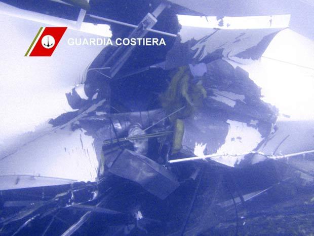 Foto submarina mostra rombo no casco do Costa Concordia (Foto: Reuters)