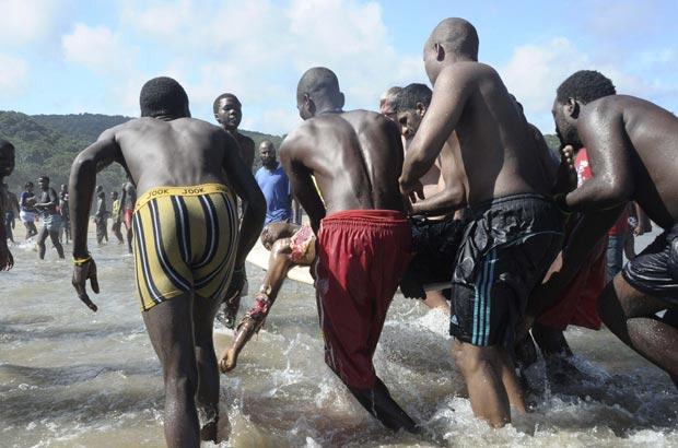 Vítimas de tubarão sofreu lacerações nos braços e no corpo (Foto: Roger Bulbring/Reuters)