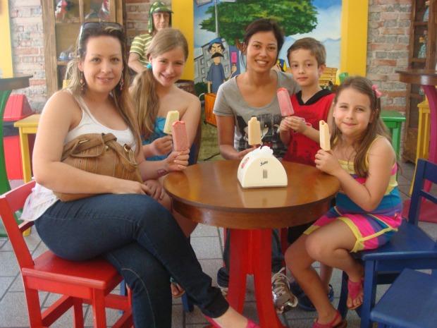 Melissa, Maria Luiza, Silvania, Vinícius e Laura saboreiam os picolés mexicanos (Foto: Ariane Ducati/G1 PR)