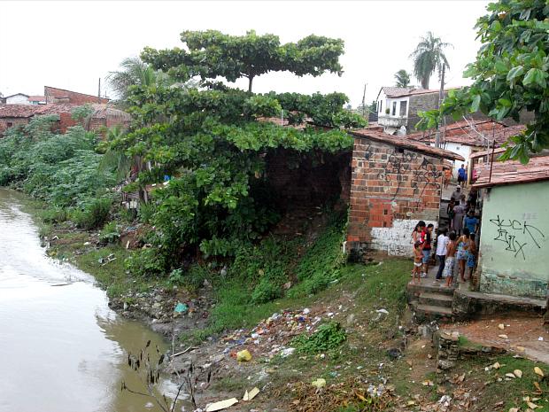 Casas com risco de cairem na Travessa Sapupara, próximo ao rio Maranguapinho (Foto: José Leomar/Agência Diário)