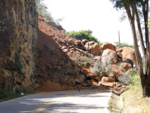 Pedras e terra tomaram pistas da rodovia ES 080, em Santa Teresa. (Foto: Reprodução/TV Gazeta)